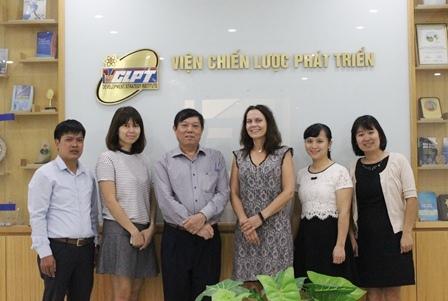 <center>Bà Kari Wollebaek, Phó Đại sứ Nauy tại Việt Nam chụp ảnh cùng Viện trưởng Bùi Tất Thắng và các cán bộ của Viện.</center>
