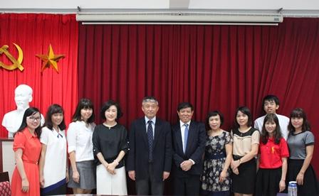 <center>Giáo sư, Tiến sỹ Choi Tae Hee và Tiến sỹ Chung Hye Kyung chụp ảnh cùng Viện trưởng Bùi Tất Thắng và các cán bộ tr&#111;ng Viện.</center>