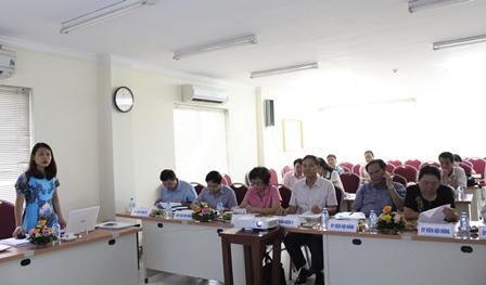 <center>NCS Nguyễn Thị Ngọc Anh trình bày tóm tắt luận án trước Hội đồng.</center>