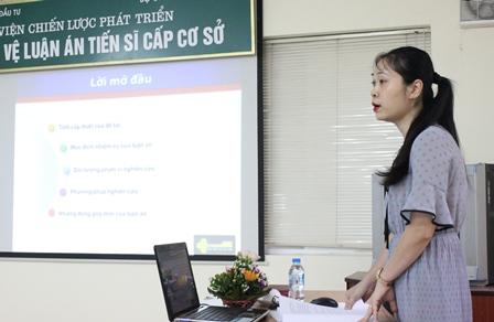 <center>NCS Đặng Thị Thu Giang trình bày tóm tắt luận án trước Hội đồng.</center>