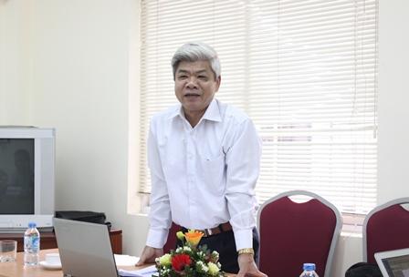 <center>NCS Nguyễn Huy Lương trình bày tại buổi bảo vệ.</center>