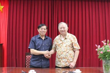 Ông Bùi Tất Thắng, Viện trưởng Viện Chiến lược phát triển – Đại diện Chủ đầu tư và ông Nguyễn Quang Thái, Giám đốc Trung tâm Tư vấn phát triển kinh tế - Nhà thầu tại lễ ký kết hợp đồng.
