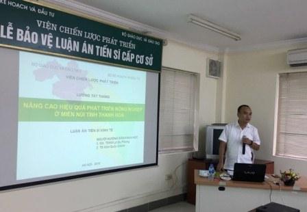 <center>NCS Lương Tất Thắng trình bày tóm tắt luận án trước Hội đồng.</center>