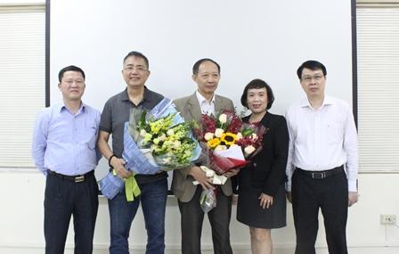 Các Lãnh đạo Viện tặng hoa và gửi lời chúc sức khỏe đến hai đồng chí nghỉ hưu năm 2019.