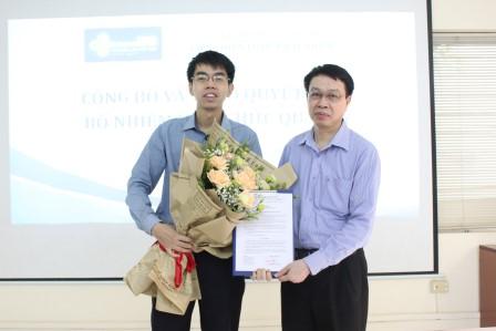</I>Viện trưởng Trần Hồng Quang trao quyết định và tặng hoa cho đồng chí Nguyễn Việt Dũng. </I>