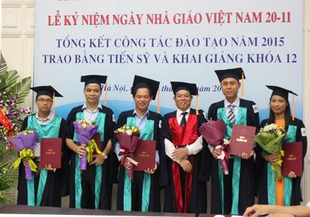 Viện trưởng Bùi Tất Thắng trao bằng tiến sĩ cho các NCS.