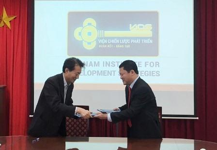 Phó Viện trưởng Nguyễn Văn Vịnh và Viện trưởng Lim Hae Kuy trao Biên bản đã ký.