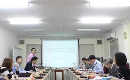 <center> TS. Trần Anh Tuấn, chủ nhiệm đề tài trình bày tóm tắt báo cáo.</center>