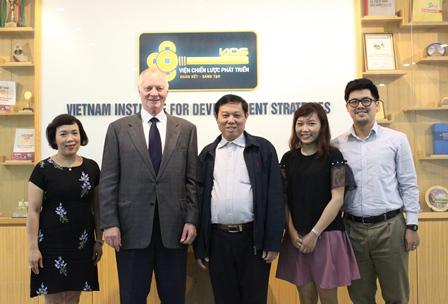 <center>Ông Hurnham Philbrook chụp ảnh cùng Viện trưởng Bùi Tất Thắng, Phó Viện trưởng Phan Ngọc Mai Phương và các cán bộ trong Viện.</center>