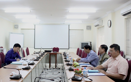 <center>NCS Trần Quyết Chiến lắng nghe ý kiến của Tiểu ban chấm chuyên đề tiến sĩ.</center>