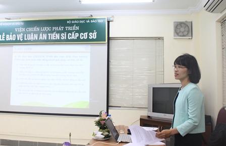 <center>NCS Nguyễn Thị Đông bảo vệ trước Hội đồng.</center>