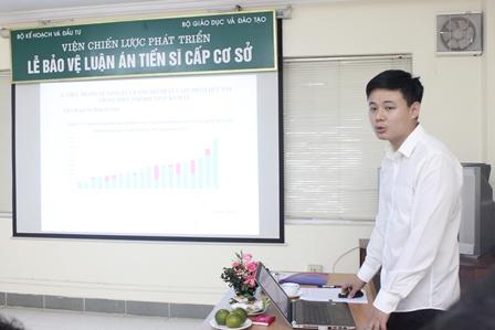 <center>NCS Nguyễn Xuân Thọ bảo vệ trước Hội đồng.</center>