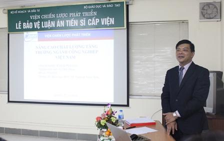<center>NCS Lê Huy Đoàn trình bày tóm tắt luận án trước Hội đồng.</center>