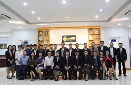 Lãnh đạo Viện Chiến lược phát triển, đại diện các đơn vị thuộc Bộ Kế hoạch và Đầu tư và các học viên Lào chụp ảnh lưu niệm.