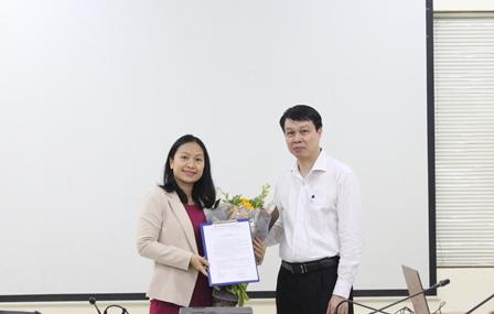 Viện trưởng Trần Hồng Quang trao Quyết định bổ nhiệm và tặng hoa chúc mừng đồng chí Nguyễn Thị Nguyệt.