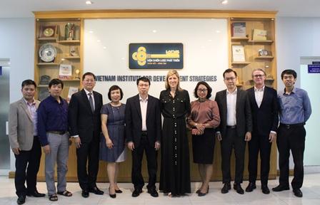 Đoàn chuyên gia Công ty Tư vấn PWC chụp ảnh cùng Viện trưởng Trần Hồng Quang, Phó Viện trưởng Phan Ngọc Mai Phương và các cán bộ Viện Chiến lược phát triển.