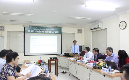 NCS Trần Văn Thành trình bày luận án trước Hội đồng.