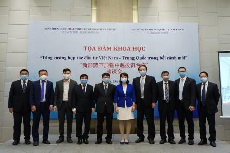Các đại biểu Việt Nam và Trung Quốc chụp ảnh lưu niệm.