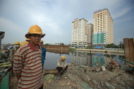 Workers take a break at a construction site in Ho Chi Minh City. Rapid urbanization in Vietnam has brought both opportunities and challenges to the country. Ho Chi Minh City, Vietnam. Photo: Tran Viet Duc / World Bank