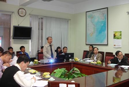 PGS.TS. Hoàng Sỹ Động, Chủ nhiệm đề tài trình bày tóm tắt trước Hội đồng đánh giá cấp cơ sở.
