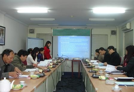 <center>Đại diện nhóm nghiên cứu trình bày tóm tắt báo cáo trước Hội đồng.</center>
