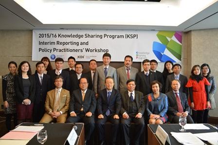 <center> Các đại biểu tham dự Hội thảo báo cáo giữa kỳ</center>