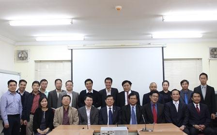 Đoàn Viện Nghiên cứu Kinh tế Quốc gia Lào chụp cùng cán bộ Viện Chiến lược phát triển.