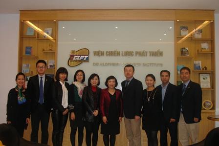Đoàn Cục Hội nghị và Triển lãm thành phố Hạ Môn, tỉnh Phúc Kiến,Trung Quốc chụp ảnh lưu niệm với cán bộ Viện.