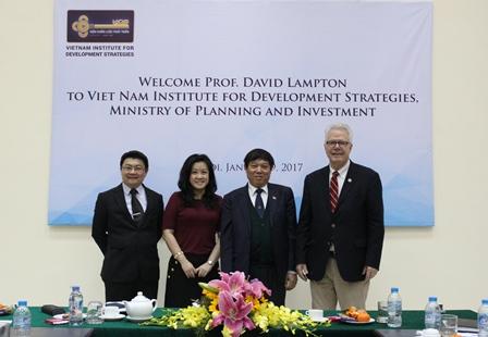 <center>Viện trưởng Bùi Tất Thắng chụp ảnh lưu niệm cùng GS.TS. David Lampt&#111;n và các đồng nghiệp. </center>
