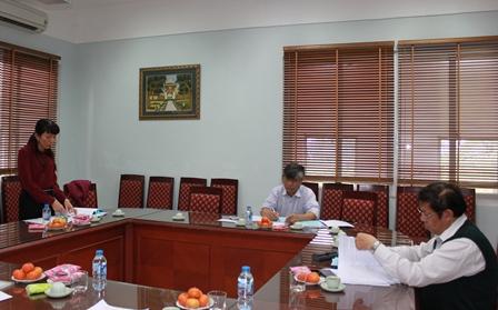 <center>NCS Đào Thanh Hương trình bày tóm tắt các chuyên đề luận án tiến sĩ.</center>