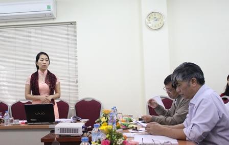 <center>NCS Đoàn Thị Thu Hương trình bày tóm tắt LATS trước Hội đồng đánh giá luận án tiến sĩ cấp cơ sở.</center>