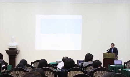 Viện trưởng Bùi Tất Thắng - Chủ tịch Hội đồng khoa học Viện phát biểu tại buổi sinh hoạt khoa học.