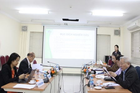 NCS Phạm Thị Diệu Linh trình bày tóm tắt luận án trước Hội đồng.