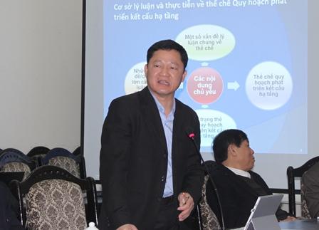Ông Nguyễn Văn Vịnh, Phó Viện trưởng Viện Chiến lược phát triển, đại diện Ban Chủ nhiệm đề tài phát biểu ý kiến tại hội thảo.