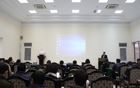 Phó Viện trưởng Nguyễn Văn Vịnh trình bày tại buổi sinh hoạt khoa học.