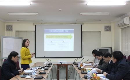 NCS Nguyễn Thị Hằng trình bày tóm tắt Dự thảo luận án tiến sĩ.