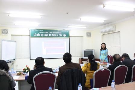 NCS Đoàn Thị Thu Hương trình bày tóm tắt luận án tiến sĩ trước Hội đồng.