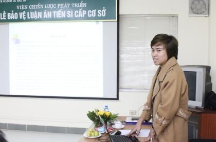 <center>NCS Lâm Thùy Dương trình bày tóm tắt LATS trước Hội đồng.</center>