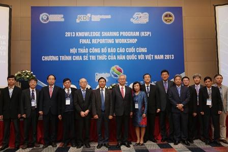 Các nhà lãnh đạo và chuyên gia hai nước Việt Nam - Hàn Quốc chụp ảnh lưu niệm tại Hội thảo.
