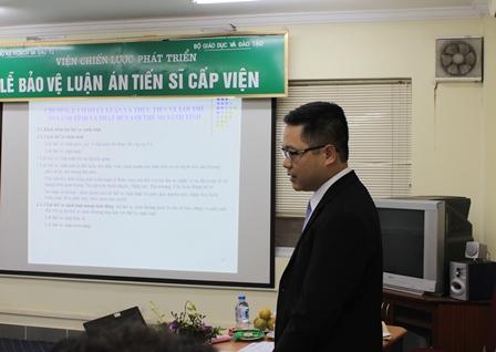 NCS Nguyễn Thế Vinh trình bày tóm tắt Luận án trước Hội đồng.