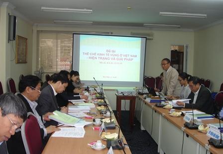 TS. Hoàng Ngọc Phong, Chủ nhiệm Đề tài trình bày báo cáo tóm tắt trước Hội đồng nghiệm thu.