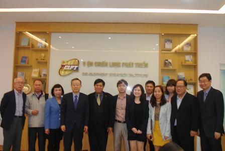 <center>Đoàn nghiên cứu KSP chụp ảnh cùng cán bộ Viện.</center>