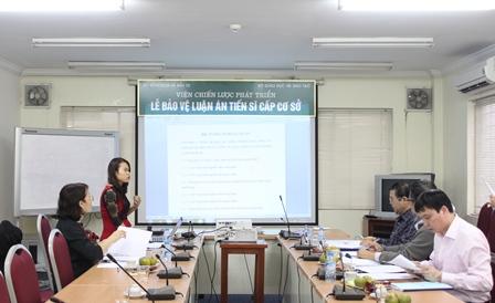 NCS Nguyễn Thị Ngọc Anh trình bày tóm tắt các chuyên đề trước Tiểu ban chấm chuyên đề tiến sĩ.