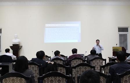 <center>Phó Viện trưởng Nguyễn Văn Vịnh trình bày Báo cáo VN2035 tại tọa đàm.</center>