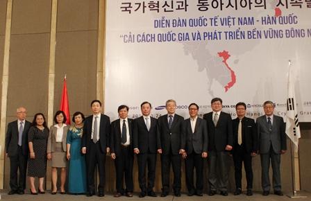 <center>Các lãnh đạo và diễn giả Việt Nam - Hàn Quốc chụp ảnh lưu niệm.</center>