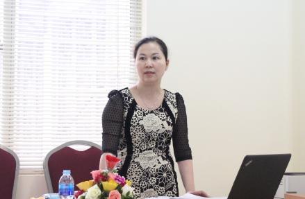 NCS Đỗ Thúy Nga trình bày tóm tắt luận án tiến sĩ trước Hội đồng.