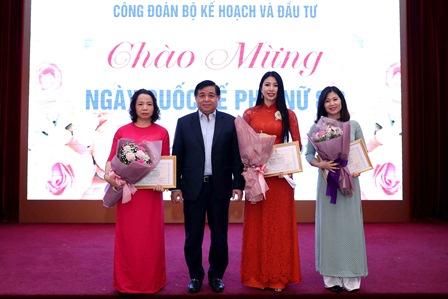 Bộ trưởng Nguyễn Chí Dũng trao Bằng khen của Công đoàn Viên chức Việt Nam cho tập thể Viện Chiến lược phát triển và các tập thể trong Bộ.