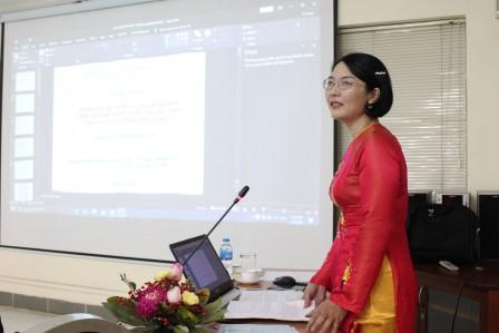 NCS Nguyễn Lê Vinh trình bày tóm tắt luận án trước Hội đồng.