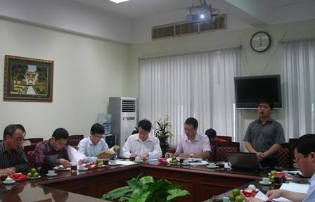 ThS. Lê Anh Đức, Phó Trưởng ban Ban Phát triển Vùng, chủ nhiệm đề tài trình bày tóm tắt bá cáo trước Hội đồng nghiệm thi cấp Bộ.