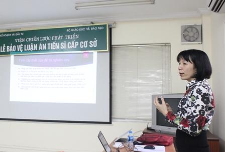 NCS Đào Thanh Hương trình bày tóm tắt luận án.